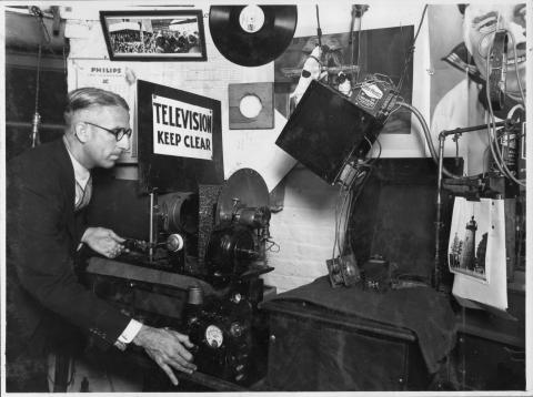 Thomas Elliott conducts experimental television broadcasting in Brisbane